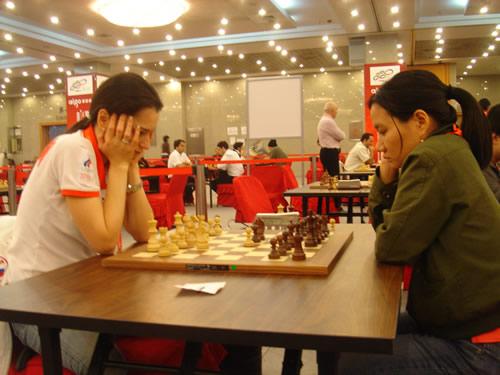 图文:国象男女快棋赛决赛 俄罗斯棋后托腮沉思