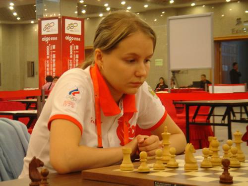图文:国象男女快棋赛决赛 俄罗斯棋手比赛中