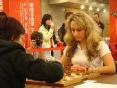 图文:国象男女快棋赛决赛 第四台的乌克兰美女