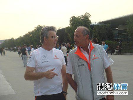 图文:F1中国站第二次练习 迈凯轮老板丹尼斯