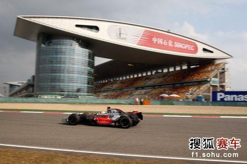 图文:F1中国站第二次练习赛 汉密尔顿驶过直道