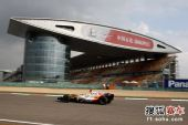 图文:F1中国站第二次练习赛 阿隆索过直道