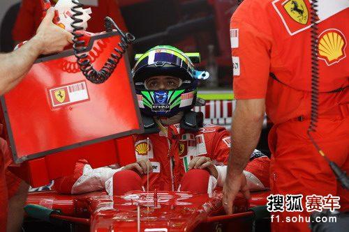 图文:F1中国站第二次练习赛 马萨在维修站