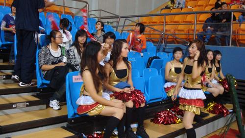 图文:WCBA新赛季揭幕战 啦啦队美女就绪