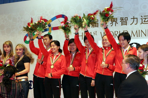 图文:快棋赛中国女团夺冠 中国队向观众致意