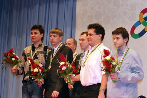 图文:快棋赛中国男团获冠军 乌克兰队获得亚军