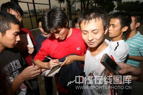 图文:武汉教学赛4-1武汉体院 李玮峰为球迷签名