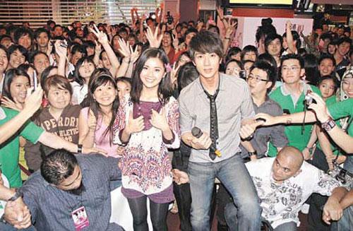 吴尊与阿Sa在文莱出席影片活动时,吸引大批fans捧场