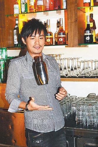 范逸臣在自己的酒吧里表演调酒