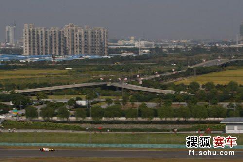 图文:F1中国站排位赛 阿隆索在排位赛中