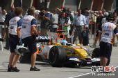 图文:F1中国站排位赛 阿隆索和车队技师