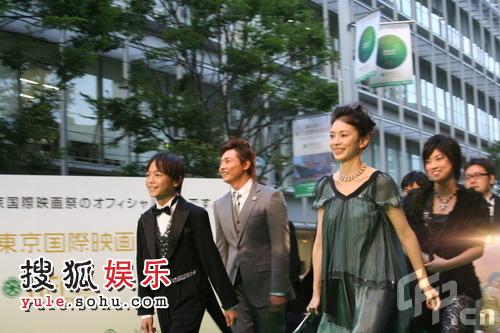 东京电影节绿毯星光闪耀  藤田阳子走在人群中