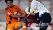 图文:[中超]青岛1-0成都 激烈对抗