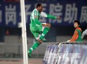 图文:[中超]辽宁1-2北京 埃尔维斯兴奋