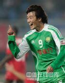 图文:[中超]辽宁1-2北京 杜文辉庆祝进球