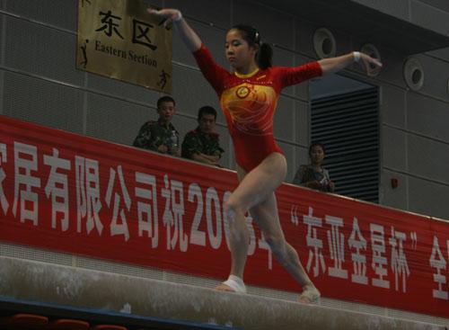 图文:体操全国赛女子自由操 何宁平衡木比赛