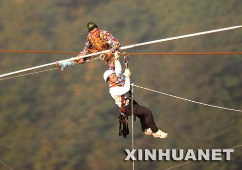 工作人员营救悬坐在高空钢绳上的赛买提·艾山。新华社发