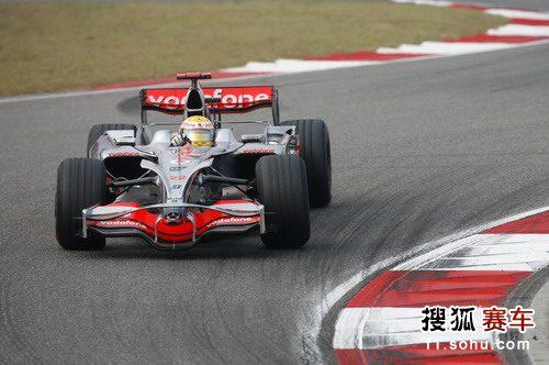 图文:F1中国站正赛 汉密尔顿疾驰过弯