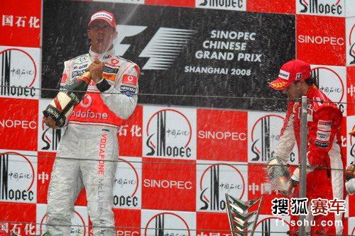 图文:F1中国站正赛 马萨和汉密尔顿喷洒着香槟