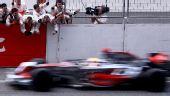 图文:F1中国站汉密尔顿夺冠  工作人员加油