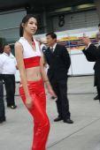 图文:08F1中国站靓丽车模 皮肤雪白的车模宝贝