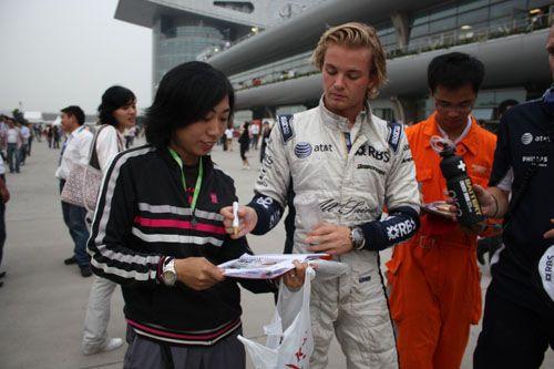 图文:08F1中国站车手百态 罗斯博格为车迷签名