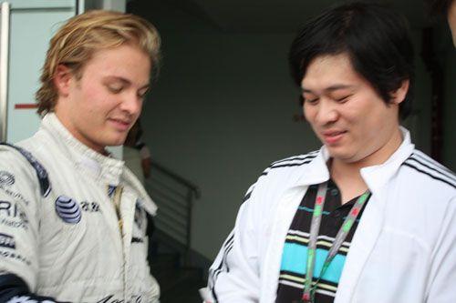 图文:08F1中国站车手百态 罗斯博格与记者