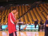 图文:[NBA]篮网VS凯尔特人 易建联摩拳擦掌