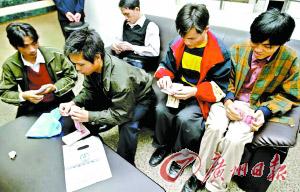 被欠薪的职工通过法院裁决拿到了工资。  邱伟荣 摄