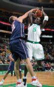 图文:[NBA]篮网VS凯尔特人 加内特投篮遭阻击