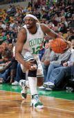 图文:[NBA]篮网VS凯尔特人 沃克带球