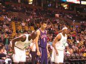 图文:[NBA]篮网VS凯尔特人 易建联准备抢篮板