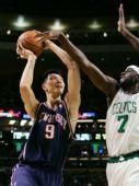 图文:[NBA]篮网VS凯尔特人 易建联强攻篮下