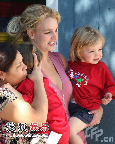 小宝宝穿红上衣超级可爱