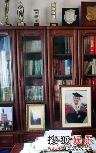谢老的书房陈列着各式各样的奖杯及证书