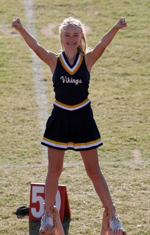 好莱坞童星达寇塔-范宁在加州的坎贝尔大会堂参加她学校海盗队啦啦队的排练