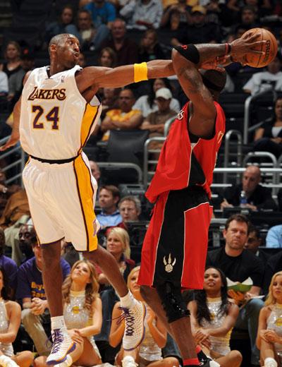 图文:[NBA]湖人VS猛龙 科比努力断球