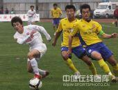 图文:[中超]长春1-0陕西 双方队员激烈争抢