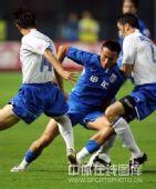 图文:[中超]上海3-2山东 毛剑卿带球强行突破