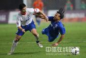 图文:[中超]上海3-2山东 舒畅与埃米尔争抢