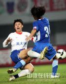 图文:[中超]上海3-2山东 舒畅射门遭阻击