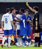 图文:[中超]上海3-2山东 裁判向杜威出示黄牌