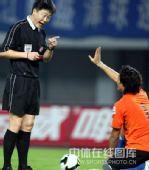 图文:[中超]上海3-2山东 裁判警告上海队门将