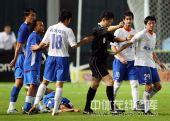 图文:[中超]上海3-2山东 裁判调解双方队员争执