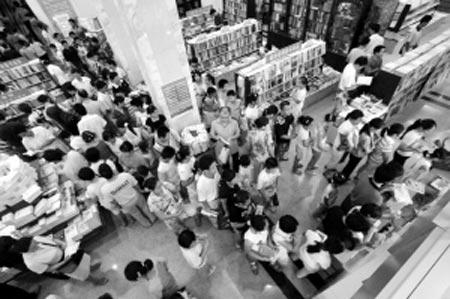 昔:排队买书成一景  过去,由于书少需求大,人们排队买书是常事。 CFP/供图