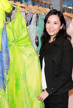 郭羡妮为台庆选择翠绿色礼服