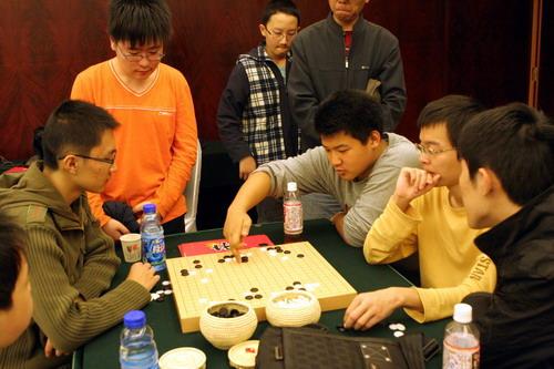 王煜辉率领中国年轻棋手研究棋局
