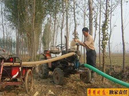 张小随在他刚拍得的土地里浇水。他觉得,土地流转制度会给我国经济发展带来深远影响。