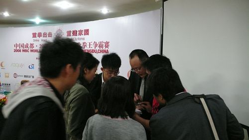 成都体育产业发展有限公司副总经理邓晓松发布会后接答记者疑问