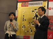 图文:柁嘉熹与唐奕讨论对局 正在讲解棋局